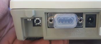 همان طور در عکس مشاهده می کنید یک دکمه ریز وجود دارد. این دکمه را با نوک ناخن چند ثانیه نگه دارید تا روی صفحه نمایش ترازو cal 0 نمایان شود.