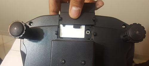 در زیر ترازو قسمت جلوی آن یک دریچه هست که به صورت کشویی باز می شود . آن را باز کنید . دکمه کالیبره داخل آن قرار دارد.